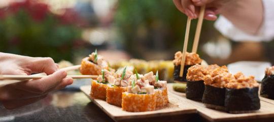 Déguster des sushis